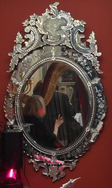 Зеркало с гравированным декором и многие другие элементы дизайна интерьера, освещения, мебели Вы увидите в реальных интерьерах салона Избранное и предложениях компаний-участниц интерьерного салона
