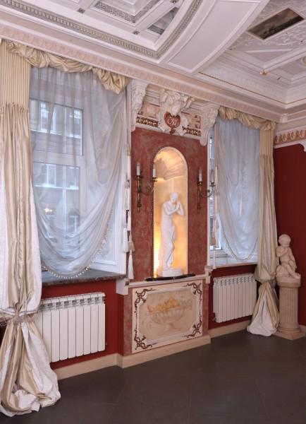 Окна в выставочном зале и многие другие элементы дизайна интерьера, освещения, мебели Вы увидите в реальных интерьерах салона Избранное и предложениях компаний-участниц интерьерного салона