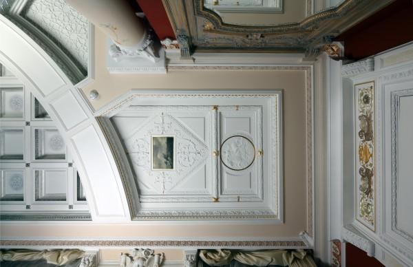 Васильевский и многие другие элементы дизайна интерьера, освещения, мебели Вы увидите в реальных интерьерах салона Избранное и предложениях компаний-участниц интерьерного салона
