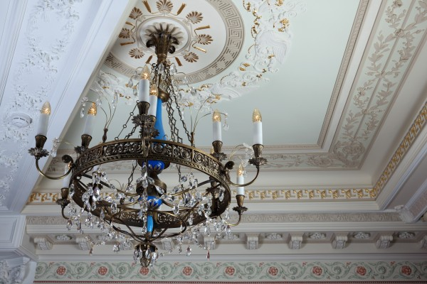Классический и многие другие элементы дизайна интерьера, освещения, мебели Вы увидите в реальных интерьерах салона Избранное и предложениях компаний-участниц интерьерного салона