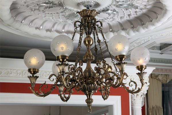 Люстра бронзовая и многие другие элементы дизайна интерьера, освещения, мебели Вы увидите в реальных интерьерах салона Избранное и предложениях компаний-участниц интерьерного салона